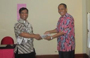 peserta menerima sertifikat