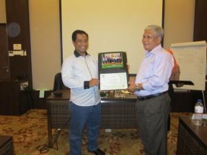 penyerahan sertifikat ke peserta (1)