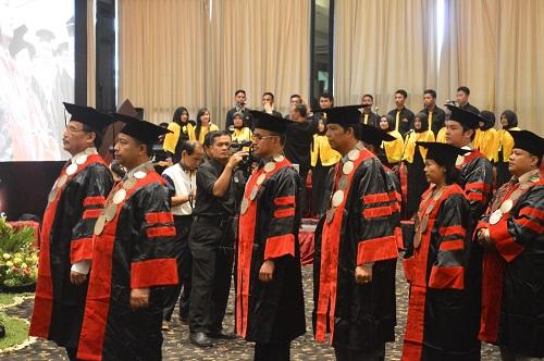 prosesi kehadiran guru besar ke sidang wisuda